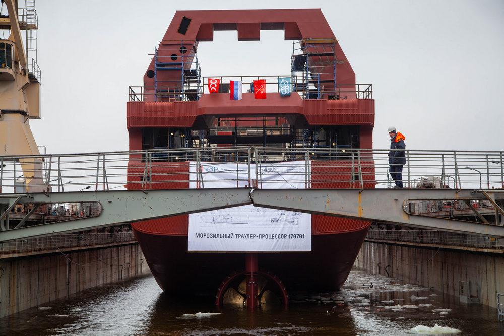Корабелы «Северной верфи» спустили на воду траулер «Капитан Геллер»